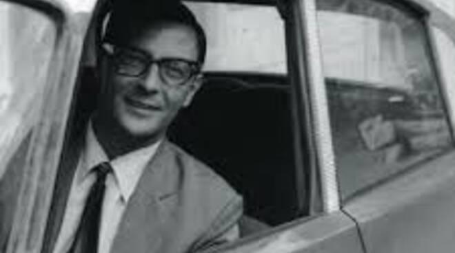 Mino Pecorelli in uno scatto in bianco e nero che lo vedeva affacciato al finestrino della sua auto